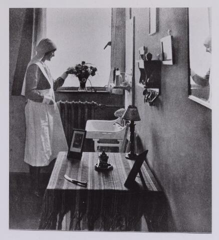"""041696 - Elisabethziekenhuis. Gezondheidszorg. Ziekenhuizen. Verpleegster, de zg. """"lekenzuster"""" in haar zusterkamer in het St. Elisabethziekenhuis"""