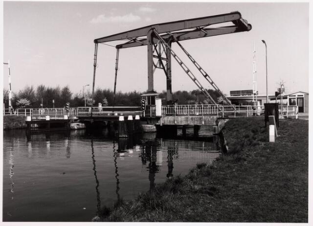 034792 - Draaibrug over het Wilhelminakanaal bij de Kraaivenstraat (links) en Dr. Deelenlaan (rechts)