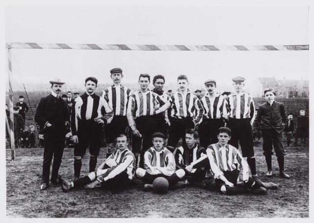 053994 - Sport. Voetbal.Willem II. Voetbalelftal Willem II. Staande v.l.n.r.: J.Thonus, J.Rycken, A.Vermeer,P.Hoeben, C.Cremer, F.Gimbrere, L.Arts, B.v.d.Bergh, ( P.Meelis),Zittend: P.Arts, W.v.d.Bergh, L.Wyers, A.v.Beurden