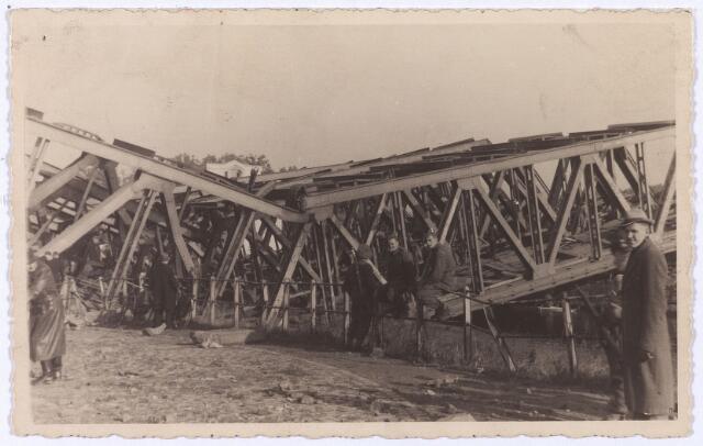 012347 - Tweede Wereldoorlog. Vernielingen. Door de Duitsers opgeblazen spoorbrug over het Wilhelminakanaal nabij het LONGA-terrein