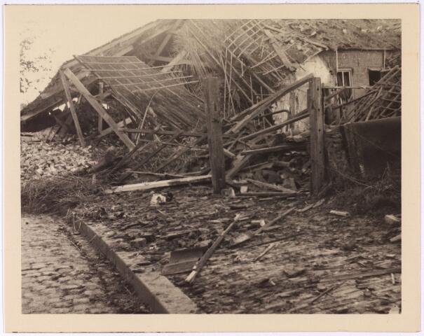 013553 - WOII; WO2; Tweede Wereldoorlog. Bombardement. Bominslag in enkele huizen in de St. Josephstraat, hoek Hoogvensestraat op 31 juli 1942