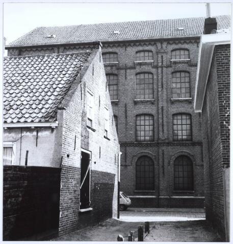 023478 - Doorkijk tussen de panden Kapelstraat 59 (links) en 61 (rechts) op de fabriek van Van Opstal
