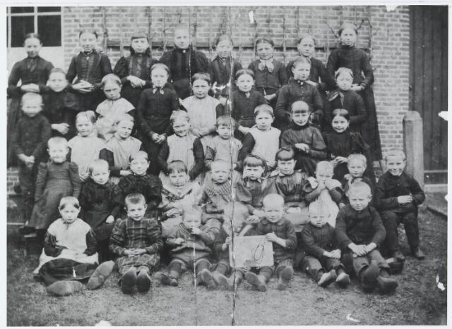 055569 - Onderwijs. Klassenfoto.Leerlingen van de armenschool aan de Holstraat.