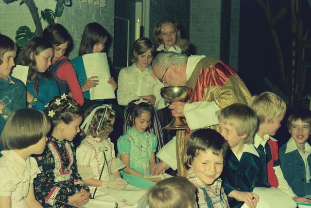 1237_012_978_009 - Religie. Kerk. Katholiek. Communicanten. De eerste Heilige Communie in de Sint Lidwina parochie in mei 1976.