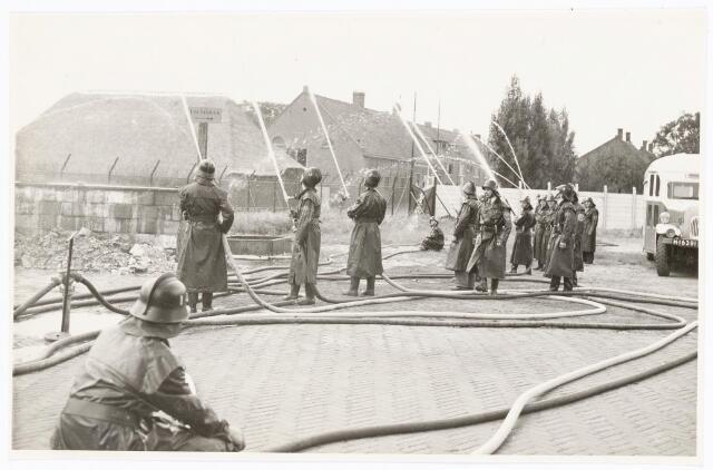 039454 - Volt, Zuid. Hulpafdelingen, Brandweer. Brandweer oefening in 1948 aan de Groenstraat/Radiostraat op het Volt complex Zuid. Voltstraat heette toen Nieuwe Goirleseweg.