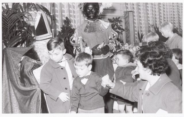 038880 - Volt. Zuid. Sport en ontspanning. Viering Sint Nicolaas voor de kinderen van het personeel in 1959. Sinterklaas. St. Nicolaas