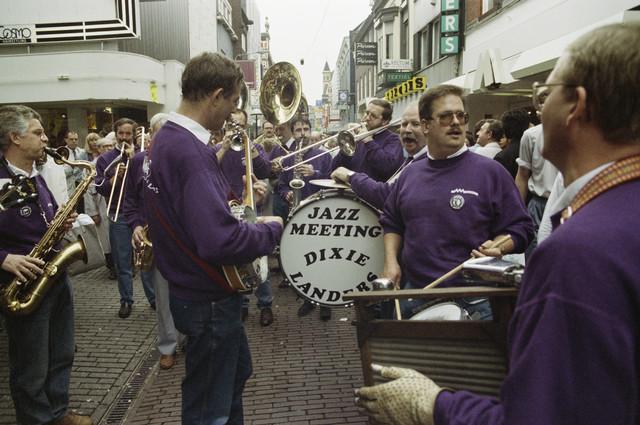 TLB023000214_001 - Ter gelegenheid van de jaarlijkse Jazz Meeting (1973-1998) spelen  de Dixie Landers voor het winkelend publiek in het centrum van Tilburg.