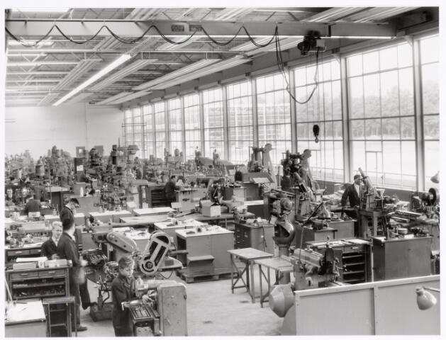 039382 - Volt, Technische Afdeling,  De Gereedschapmakerij op complex Noord was gevestigd in hal ND sinds 10 mei 1964. Foto ca. 1970. De blonde man links op de voorgrond achter de gereedschapkast is Ad van Dongen.