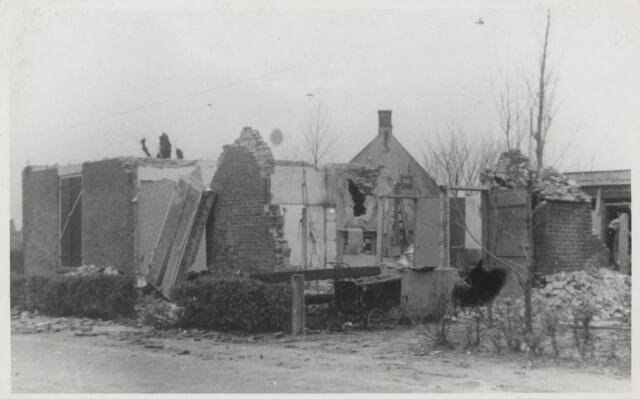 91075 - Made en Drimmelen. Klaar voor de sloop; pand getroffen door oorlogsschade. Voormalige bewoner en eigenaar was W. van Meel. Het Sektienummer was H3504.