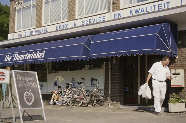 """TLB023000901_001 - Gevel """"Uw Buurtwinkel"""", op de hoek Gilzerbaan / Frankenlaan."""