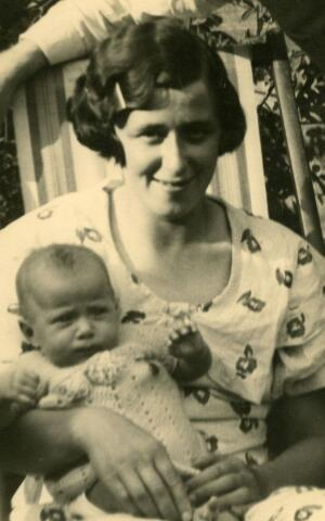 071519 - Cornelia Josepha Maria (Cor) Korremans, geboren te Tilburg op 23 december 1909, echtgenote van Hubertus Cornelius van Dun, en haar dochter Johanna Catharina Cornelia (Annie) van Dun, geboren te Tilburg op 15 juni 1934.