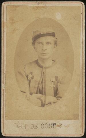 """603685 - J. B.H. de Cocq, gefotografeerd in  het uniform van zouaaf. Op de foto staat H. de Cocq, hij werd ook wel Drik of Dirk genoemd.  Johannes Baptist Henricus de Cocq, geboren te Tilburg op 5 juli 1840 als zoon van Norbertus de Cocq en Petronella Kuijpers. Hij trad op 19 mei 1870 te Tilburg in het huwelijk met Hendrika Smeulders.  In de huwelijksakte wordt als beroep van Johannes winkelbediende vernoemd. Johannes B.H. de Cocq werd ook wel Drik of Dirk genoemd.   Hij had echter al het een en ander meegemaakt. Als Rooms Katholiek vertrok hij in 1866 naar Rome om als zouaaf het Pauselijke leger te versterken om de stad Rome te verdedigen tegen de Italiaanse eenwording. De pauselijk staat werd bedreigd en de aanval op Rome stond  onder leiding van Giuseppe Garibaldi. In februari 1866 werd Johannes de Cocq ingeschreven als zouaaf in Rome, aanvankelijk voor de duur van twee jaar. Hij vocht onder andere mee in de slag om Mentana. Begin 1868 zou hij eervol ontslag moeten krijgen maar bleef langer in dienst van het zouavenleger. Uit aantekeningen van correspondentie uit 1868, uitgewisseld tussen fraters, blijkt dat hij niet heeft bijgetekend maar met toestemming van de commandant voor onbepaald tijd in dienst zou blijven.  In februari 1868 werd hij onderscheiden met het erekruis Fidei et Virtuti. Paus Pius IX reikte persoonlijk de onderscheidingen uit en """"De Cocq trok hij aan zijn kneveltje en gaf hem een tik op de wang dat het klinkte"""". Voor 1870 keerde Johannes terug naar Tilburg. Van beroep werd hij winkelbediende, wellicht naar aanleiding van een verzoek dat hij al in 1867 aan een frater richtte. Jan zag er tegen op naar Tilburg terug te keren en zich """"te moeten begeven in het dagelijks verkeer van het fabrieksvolk"""". Hij verzocht via de frater dan ook om plaatsing in Tilburg als koster of werkman bij een pastoor of iets dergelijks. In 1891 ontving Johannes opnieuw een pauselijke onderscheiding, de bronzen medaille Bene Merenti.   Van juni 1908 tot aan zijn overlijde"""