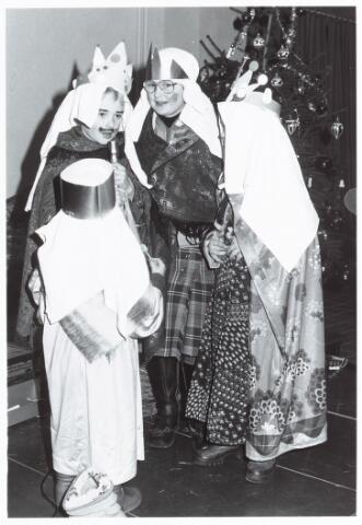053133 - Driekoningen zingen in het Wijkgebouw Groenewoud op 6 jan. 1981.