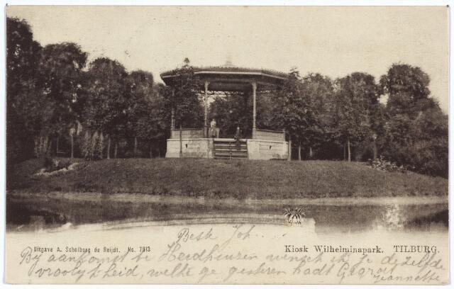 002886 - Vijver en muziekkiosk in het Wilhelminapark. De kiosk verving een ouder exemplaar en werd gebouwd in 1898. De nieuwe kiosk werd aanbesteed in mei 1898 in gebruik genomen in augustus van dat jaar met een concert van de kapel van de schutterij onder leiding van L. Kroes.