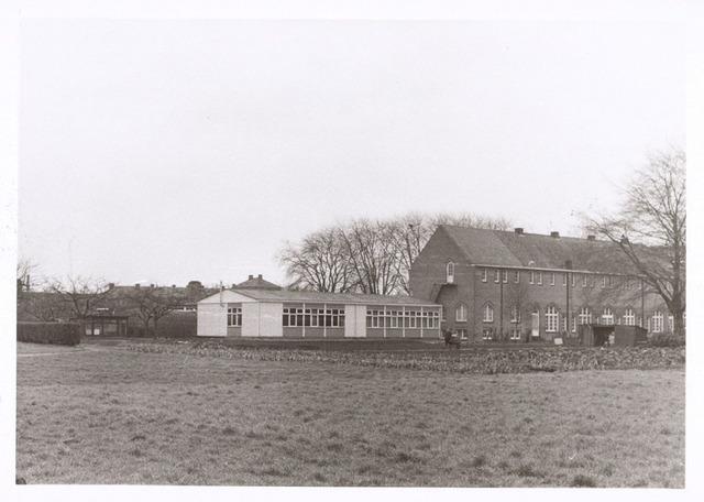 017678 - Gedeelte van het complex van de Rooi Pannen aan de Dr. Ahausstraat begin 1973