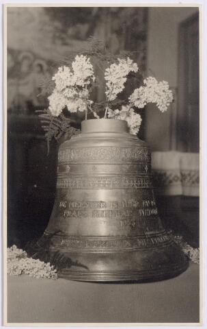 044570 - De Martinusklok, bestemd voor de St. Maartenkapel aan de Oranjestraat in de Koningswei. De klok, die 740 gulden kostte en 75 kg. woog, werd geschonken aan deze kapel. Hij werd gegoten bij Petit & Fritsen in Aarle-Rixtel.