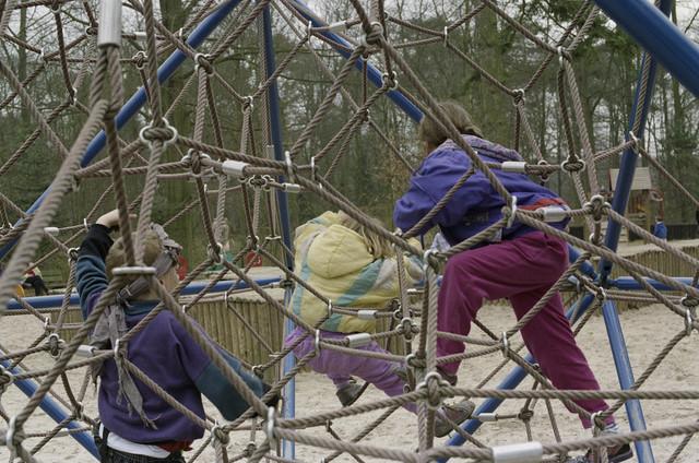 TLB023000415_001 - Spelende kinderen in de speeltuin van het Wandelbos. Foto gemaakt in het kader van (on-)veilige speelsituaties.