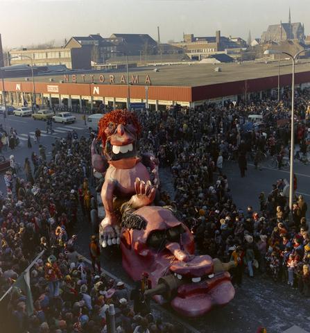 1237_011_825_013 - Carnaval. Kruikenstad. Optocht. D'n opstoet in februari 1975. Op de achtergrond supermarkt Nettorama.