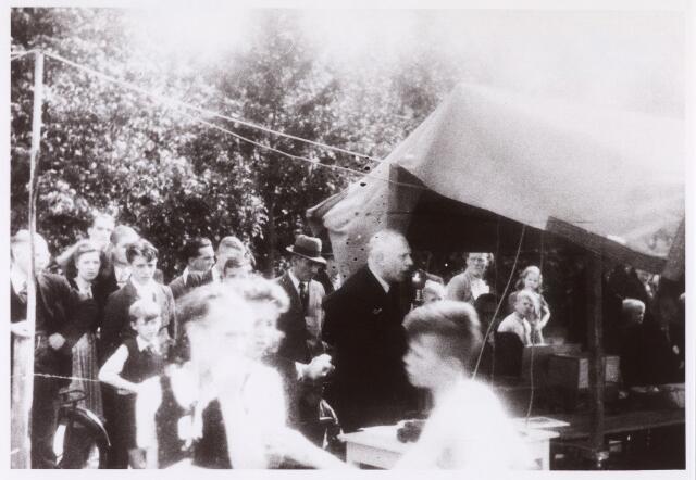 013635 - Tweede Wereldoorlog. Drukte op een terrein aan de Ringbaan-Zuid, waar op 16 juli 1944 kinderspelen werden georganiseerd ten behoeve van de vrijwillige luchtbescherming