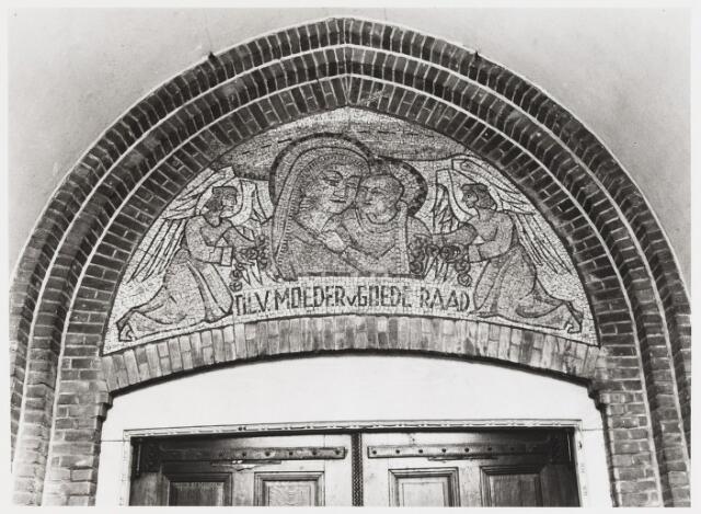 067888 - Het hoofdportaal van de kerk van Broekhoven I, ofwel de kerk van O.L. Vrouw Moeder van Goeden Raad, is versierd met een TEGELMOZAÏK van Jo (A.C.W.) van HEESWIJK (1920-1970). De kerk werd ingezegend in 1913. Zij was ontworpen door de Tilburgse architect Jan van der Valk. De eerste pastoor was dr. H. Bertens.   Trefwoorden: kerkelijke kunst, openbare ruimte.