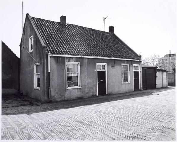 015679 - Panen Bokhamerstraat 42 en 44. Rechts op de achtergrond het kantoorgebouw van het Gemeenschappelijk Administratiekantoor (GAK) aan het Reitseplein