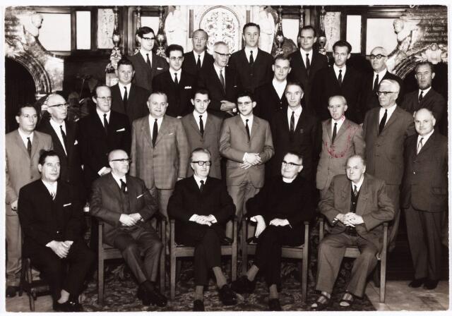 009911 - Muziek, het Heike's mannenkoor voor het altaar in de Heikese kerk t.g.v. het 150-jarig bestaan in 1968. op de 1e rij vlnr. Embrecht van Os, Frans Weijters, Guus Knaapen, deken van Oort en Martijn Bressers. 2e rij vlnr. Henk van Os, Toon Bataille, Frans Remmers, Ad (Akky) van Gurchom, Berry Reijnen, Johan Koch (organist), Martijn de Brouwer, Albert Reijnen, Jan Prince en Jos v.d. Borght. 3e rij vlnr. Wim de Nijs, Jan Simons, Stan Konings, Guus Buddemeijer, Dré van Amelsfoort, Henk Kruize, Hans van der Werf, Laurens van der Werf, Cees Gerris, Jo Lemmens en Jan Willemse. Het lijflied van het koor was 'Mijn Heike's choir, schoon choir van schone kerk'dat nog ieder jaar op het St. Caeciliafeest wordt gezongen. (zie rubriek Weerzien, Brabants Dagblad 19-8-1999)
