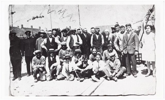 009765 - Bouwvakkers bij bouw kerk Groeseind gefotografeerd b.g.v. de eerste steenlegging van deze kerk (1931-1932). staande vlnr: nn,nn, A. Smulders, Antonissen, nn uit Kaatsheuvel, Timmermans, Stofmeel, B. van Heesch, nn opzichter architect v.d. Valk, van Heesch, nn, J. van Heesch, K. Boezer, nn timmerman uit Kaatsheuvel, Timmermans, J. van Raak uitvoerder, M. de Rooy kantoormeisje. zittend vlnr: Stoffels, nn, de Rooi, A. Smulders, nn, de Kuier, de Kuier jr. , Smulders, nn, Timmermans.