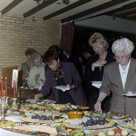 1237_001_059-2_005 - Feestelijke bijeenkomst van de Unie BLHP, Unie van Beambten, Leidinggevend en Hoger Personeel. Met de uitreiking van een lintje aan de heer Reintjes in april 1995.