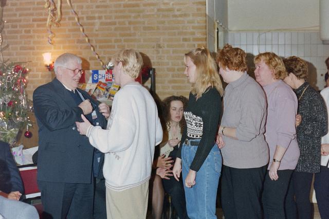 1237_001_018_027 - Felicitaties tijdens een feestelijke receptie bij de Diensten Centrale aan de Havendijk in december 1998. Medewerker Toon van Bueren (links) gaat met de VUT en is benoemd tot ere-lid voor zijn vele jaren als bestuurslid van de personeelsvereniging van de Diensten-centrale.