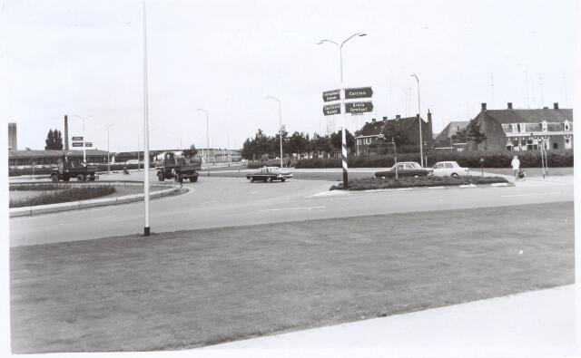 020408 - Hasseltrotonde, die de Ringbaan-West (rechts) verbindt met de Ringbaan-Noord (midden). De huizen rechts staan aan de Hasseltstraat. Links brood- en koekfabriek Smarius. Voor de aanleg van de rotonde, in 1959,  moesten talloze huizen in de Hasseltstraat worden gesloopt.