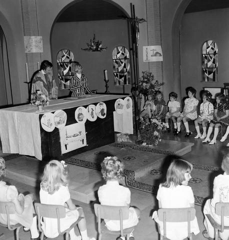 1237_006_251-3_002 - Eerste heilige communie in de Margarita Maria Alacoquekerk. Viering door kapelaan Mennen in mei 1974.   Religie. Kerk. Parochie Ringbaan West.