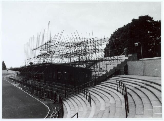 019724 - Bouw van de hoofdtribune in het gemeentelijk sportpark aan de Goirleseweg in 1955