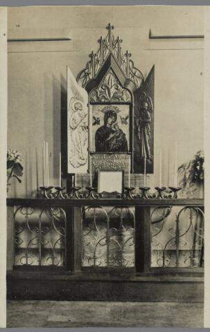 """88864 -  """"Devotiealtaar van Onze Lieve Vrouw van Altijddurende Bijstand""""  in de St. Gummaruskerk geplaatst in 1938. Zie ook foto 91828. Het grote """"Maria-altaar"""" staat links vooraan in de kerk."""