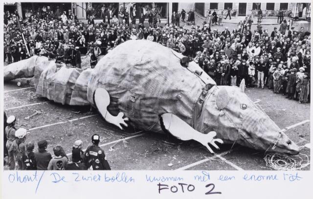 101286 - Carnaval. Optocht. De Zwierbollen met een grote rat.