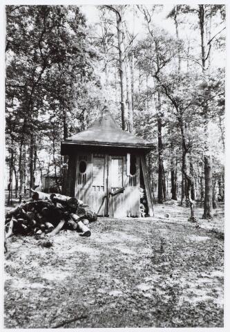 029284 - Tuinhuisje in het bos aan de Reeshofdijk.