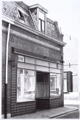 """017240 - Voormalig winkelpand aan de Capucijnenstraat/hoek Van Sonstraat. in dit pand was """"St.anna's warenhuis"""" gevestigd, tevens woonhuis familie v.d. Wouw."""
