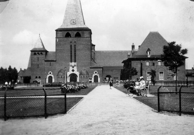 065719 - R.K. Theresiakerk aan het Theresiaplein.