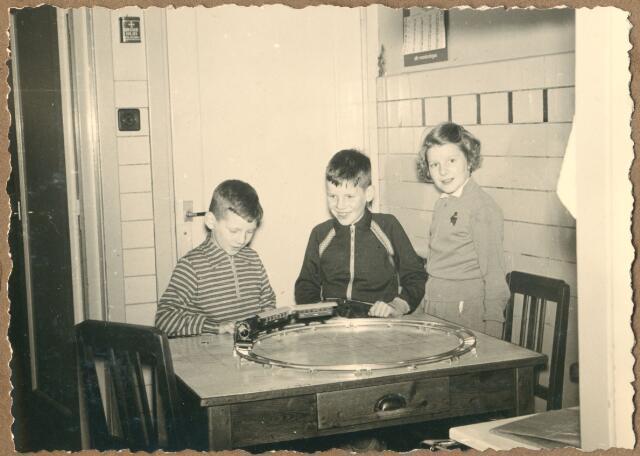 650100 - Verhoeven. Gezin. Speelgoed. Frank (1949), Ton (1947) en Els (1946) Verhoeven.
