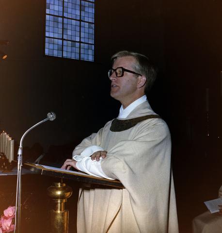 1237_008_517-1_011 - Kerkdienst Pastoor Visser in de Capucijnenkerk aan de Korvelseweg.