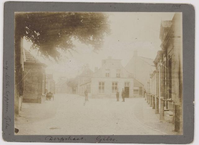 """082586 - Het huidige Bisschop de Vetplein. Destijds Dorpstraat genoemd. Het plein heette ook wel """"De Tip"""";  rechts het begin van de Kerkstraat. Café De Tip"""