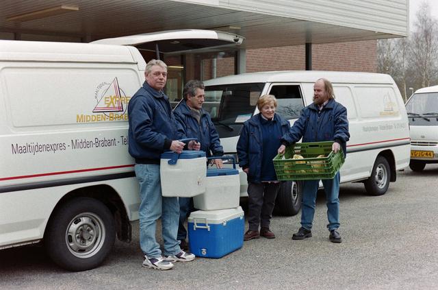 1237_001_038_007 - Vrijwilligerswerk. Vrijwilligers van stichting Contour in maart 1998. Ze staan voor de maaltijdexpres Midden-Brabant met etenswaren voor productiekeuken Carte Deux van Amarant.