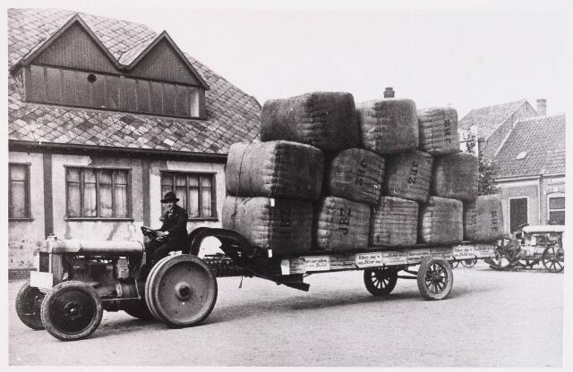 028582 - Reclame rit met Fords in 1922 door automobielbedrijf Th. Knegtel, tegenover de Koopmansbeurs aan het Piusplein, alsmede een industrietractor