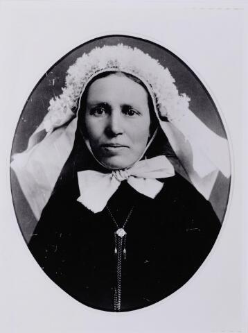 046103 - Adriana Cornelia Rens, geboren te Goirle op 19 september 1846 en aldaar overleden op 14 maart 1920. Zij was een dochter van wever Jan Baptist Rens en Johanna van Gorp. Zij trouwde met smid Frans van Croonenburg. Op de foto draagt zij een rouwmuts met rouwpoffer.