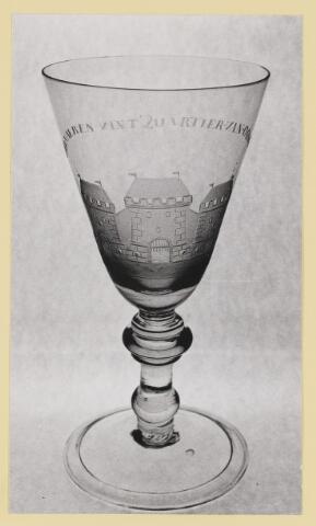 073342 - Glas met daarin gegraveerd het wapen van Oisterwijk plus tekst.