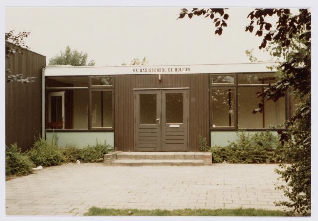 """062495 - Onderwijs. De voorkant van de R.K. Basisschool """"De Dolfijn"""" aan de Beukendreef 20"""