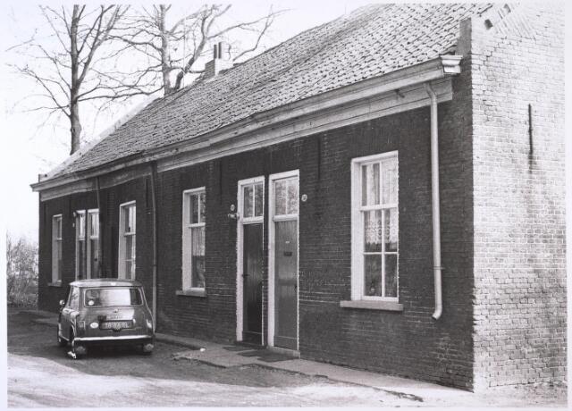 023915 - Panden Koningshoeven 22, 24, 26 en 28 (van links naar rechts), gelegen aan de zandweg langs de zuidkant van het huis van de familie L. Houben - Mutsaers