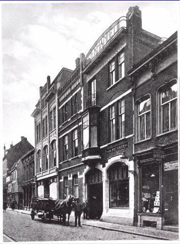 021718 - IJzerhandel Bressers in de Heuvelstraat. De firma werd opgericht in 1893 en heet thans Bressers Metaal BV. Links ervan de winkel in damesmode van Janzing (later Gerzon) en de porseleinwinkel van Van Nunen. Voorbij het straatje de speelgoedwinkel van J. van Nunen - Boes. Uiterst rechts de apotheek/drogisterij van Theodorus van Ierland