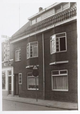 015304 - Pand Bisschop Zwijsenstraat 111. Links de electronicazaak van Piet Kennis