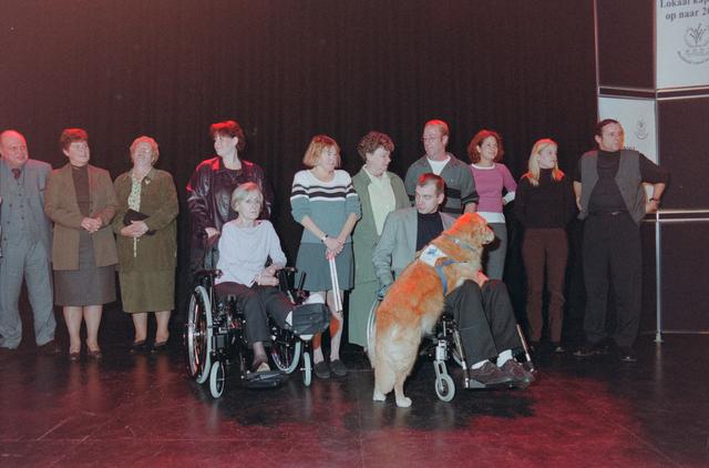1237_001_039_010 - Vrijwilligers. De genomineerden (inclusief hulphond) tijdens de uitreiking van de stimuleringsprijzen vrijwilligerswerk door Stichting Contour in december 2000.