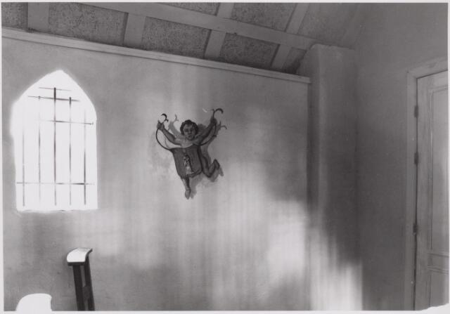 046531 - Interieur van het grenskapelletje in Nieuwkerk na de restauratie in 1985. De muurschildering van Willy van Rooy stelt een engel voor die het wapen van Poppel draagt. Op het wapen St. Valentinus, patroon van Poppel.